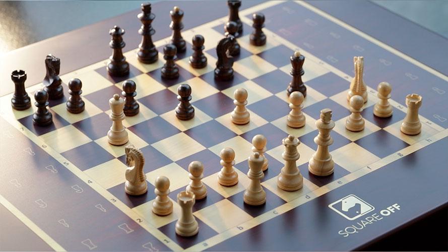自動で駒が動く!クラシックな見た目でハイテク機能を備えた魔法のようなチェス盤「Square Off」