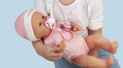 泣くわよだれ吹くわおむつかぶれするわ。\手がかかりすぎる/赤ちゃん人形登場