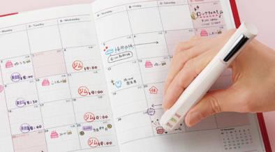 手帳用スタンプとボールペンが1本になったシヤチハタの「手帳のはんこペン」が便利。オリジナル文字入れも可能で、スタンプは複数連結可能!